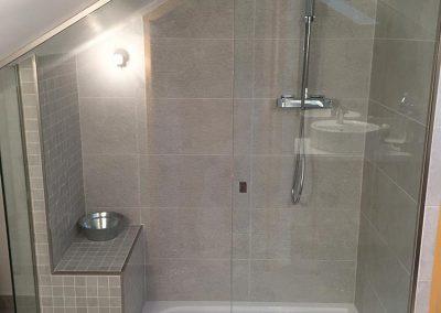 Création d'une salle de bain sous comble - Pose carrelage sol et mur, pose paroi vitrée sur mesure
