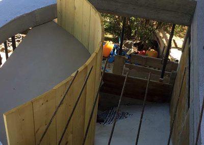 Coffrage moulage et ferraillage d'un escalier balancé en béton