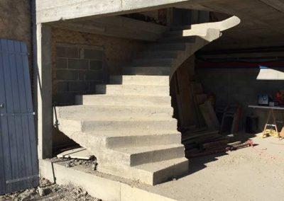 Décoffrage d'un escalier balancé en béton