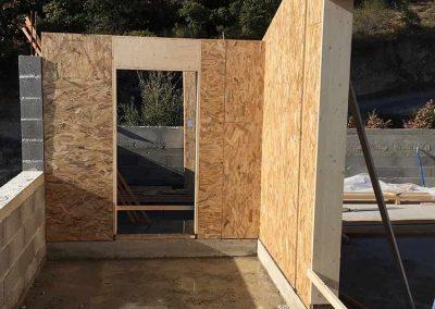 Élévation mur briques de bois